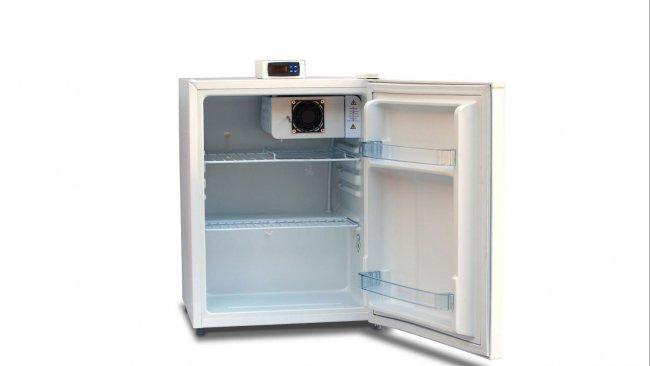 Ryc. 1: Urządzenie do przechowywania z zewnętrznym wyświetlaczem temperatury, z otwartymi półkami (półki z drucianym rusztem), co pozwala na swobodny przepływ powietrza.