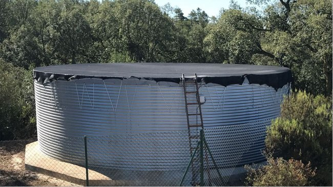 A water storage and distribution tank properly dimensioned and covered is basic in any pig farm.