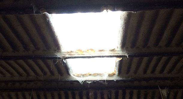 Stary budynek, w którym oświetlenie zostało poprawione dzięki oknu.