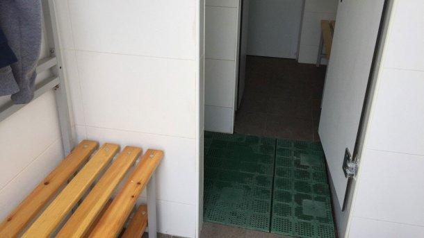 Zdjęcie 5. Fizyczne rozgraniczenie stref przy użyciu bariery prysznicowej. Zdjęcie dzięki uprzejmości Jordi Balp