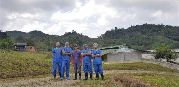Podczas wizyty towarzyszyli nam Hector Marín (kierownik gospodarstwa), Andrés Felipe Vallejo (technik handlowy w Porcigenes S.A.) Nelson Adrian Restrepo (kierownik ds. Kluczowych klientów Hypor w Ameryce Łacińskiej) i Carlos Martins (dział techniczny Hypor).